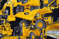 Store gule arbejdsmaskiner på sort bund