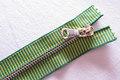 Meget elegant grønstribet lynlås, 6mm guld tænder ikke delbar, kraftig og lækker til lommer, tasker og diverse pynt.