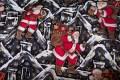 Sort-hvid-rød bomuld med julemanden på vej med gaver