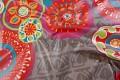 Grå textildug med farvede store blomster