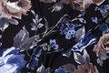 Sort viscosejersey med blå og brune blomster