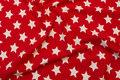 Rød økotex bomuldsjersey med 2 cm hvide stjerner