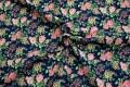 Lyserøde livagtige roser på marineblå bomuldsbund