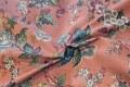 Store, støvgrønne råhvide-blå blomster på elegant rosa bund