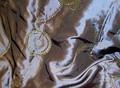 Flot, broderet quiltet taft med guldbroderi i petrol