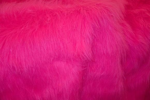 Langåret pels i neonpink