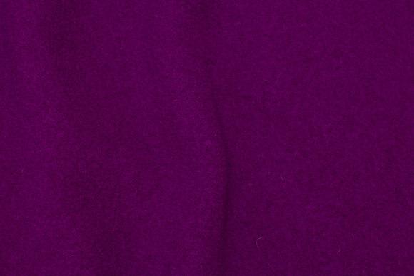 100% uldbouclé i mørk fuchsia farvet