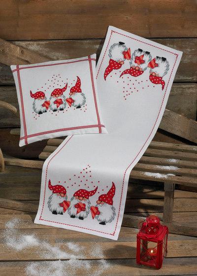 Hvid julebordløber med tre små nisser
