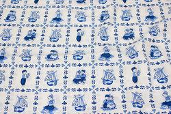 Fast, hvid bomuld med blåt kakkelmønster