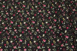 Fast, sort småprikket bomuld med små pink roser