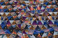 Let micro-polyester i lilla og blå farver med trekantmønster
