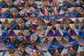 Let micro-polyester i lilla og blå farver med trekantmønster.