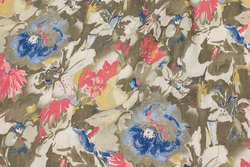 Luftig, let crinklet bluse og kjolevare i sandfarvet med rosa og blå blomster