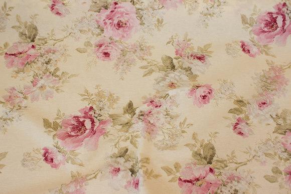 Mellemsvær off-white og rosa bomuld-polyester med roser