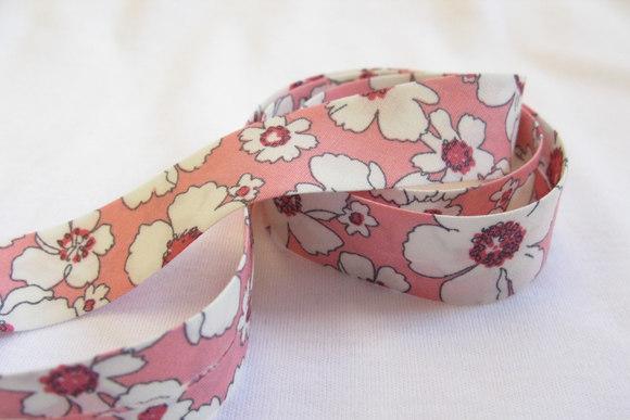 Skråbånd lyserød retroblomst 2cm