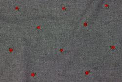 Sort meleret skjorte-denim med små røde broderede roser