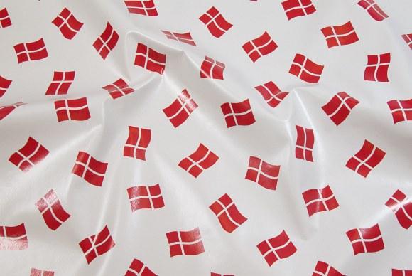Hvid voksdug med danske flag i ens størrelser