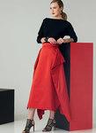 Tætsiddende top med dolman-ærmer. Nederdelen har taljebånd og sidedrapering, som former lommerne.