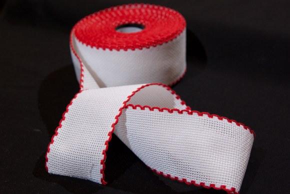 Aida-bånd i hvid med rød kant, til broderi 6  tråde pr. cm., 5 cm bred
