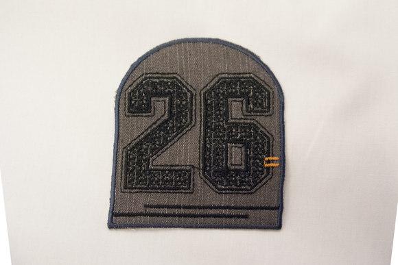 26 grå denim strygemærke 7 x 8 cm