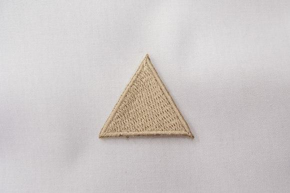Beige trekant strygemærke 3cm