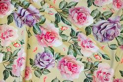 Bomuldsjersey i sart lysegrøn med roser