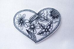 Hjerte strygemærke med broderi 8 x 6 cm