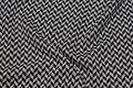 Let, blød strik med lille mønster i sort og lysegrå