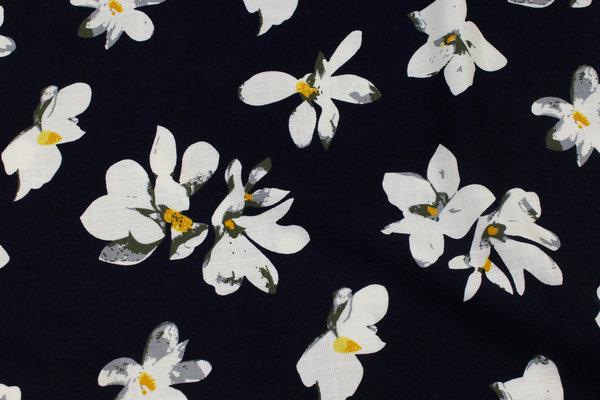 Let kjolecrepe med stræk i mørk marine med hvide blomster