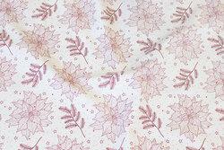 Off white bomuld med bordeaux grene og ca. 6 cm blomster