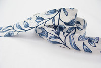 Skråbånd hvid med blå blomster 2 cm