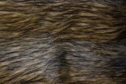 Imiteret langhåret luxus pels i lys brune og grå nuancer