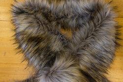 Pelsstykke i imiteret langhåret luxux pels ca. 20 x 150 cm i lys brun og grå nuancer