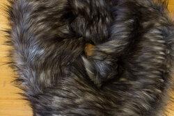 Pelsstykke i imit.langhåret luxux pels ca. 20 x 150 cm i gråbrun/sort