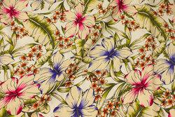 Cremefarvet bluse-viscose med ca. 10 cm blomster