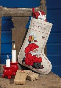 Lille julesok med nisse under lygte. Permin 41-5202.