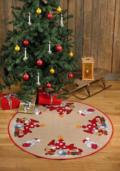 Rundt julestræstæppe med paddehatte og nisser