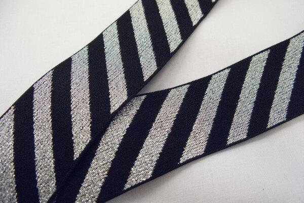 Elastik sort med diagonale sølv striber 4cm bred