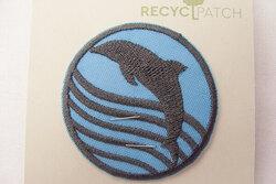Recycled delfin strygemærke Ø 5 cm