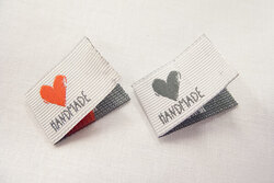 Handmade dobbeltfoldet mærke med hjerte 2x2,5cm