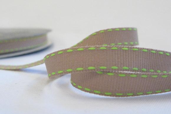 Beige bånd med lime stikninger 1cm
