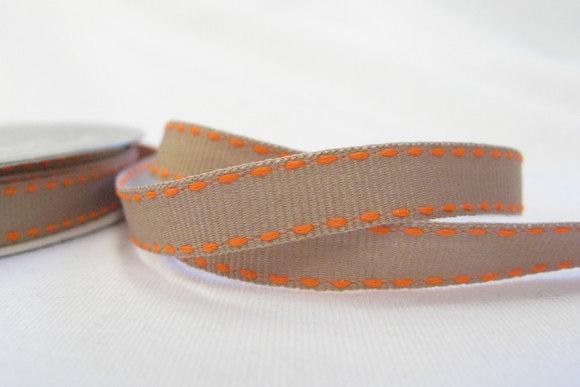Beige bånd med orange stikninger 1cm