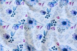 Let joggingstof i hvid med blå blomster