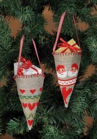 Broderede kræmmerhuse som juletræspynt. Permin 3246-21.