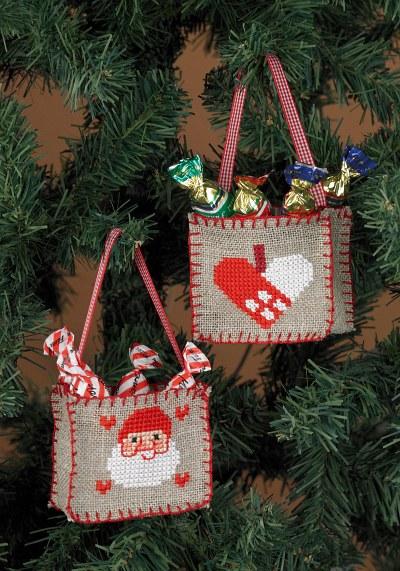 Broderede juleposer til juletræet