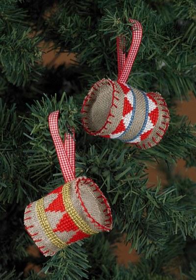 Broderede trommer til juletræet