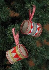 Broderede trommer til juletræet. Permin 3248-21.