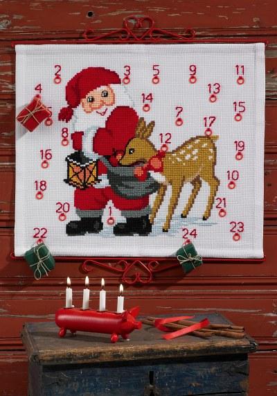 Pakkekalender i hvid med julemanden og rensdyr