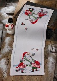 Juleløber i hvid med snemand og nisser. Permin 3656-75.