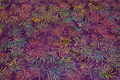 Batik-bomuld i rødlilla med turkis og rosa grene